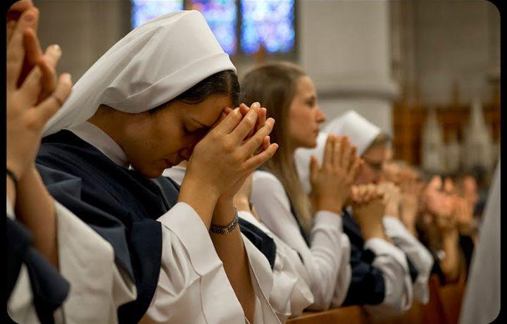 Perché è importante inginocchiarsi durante la celebrazione eucaristica?