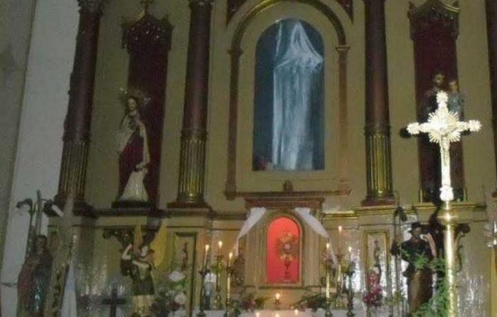 La statua della Madonna non c'è, ma la gente la vede.