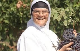 """Nella vigna di suor Margherita, la """"Signora del vino""""."""