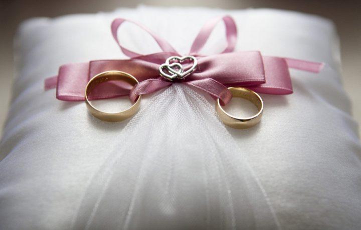 Qual è la storia e il senso dell'anello matrimoniale?