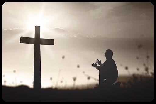 Una preghiera davanti a Cristo in croce
